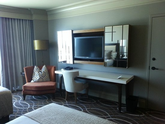 Omni Dallas Hotel : TV and Desk