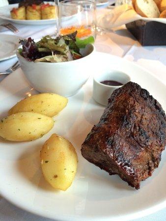 Bouza Bodega Boutique : Lomo (filé mignon) com batatas e salada.