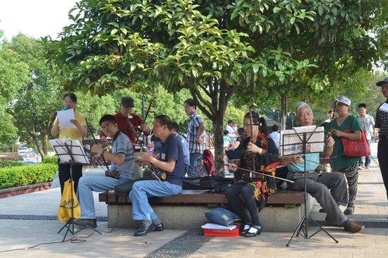 Crowne Plaza Changsha City Centre: Musiker spielen am Flußufer