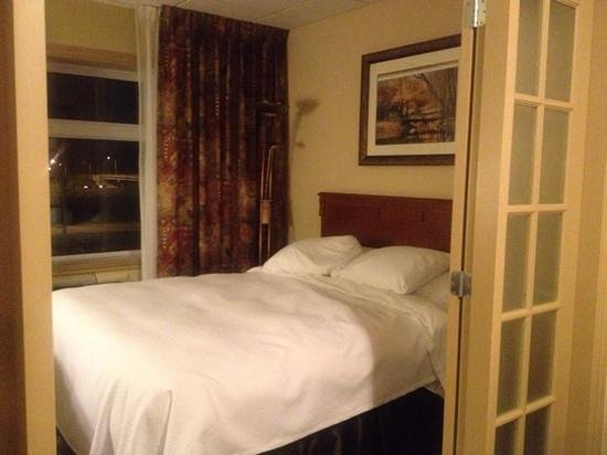 Quality Suites Drummondville : the second bed by the window
