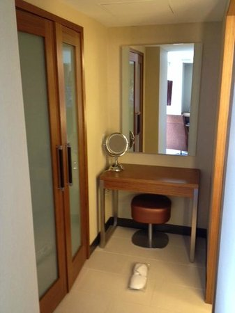 Grand Hyatt San Francisco: Attractive alcove with bathroom and closet