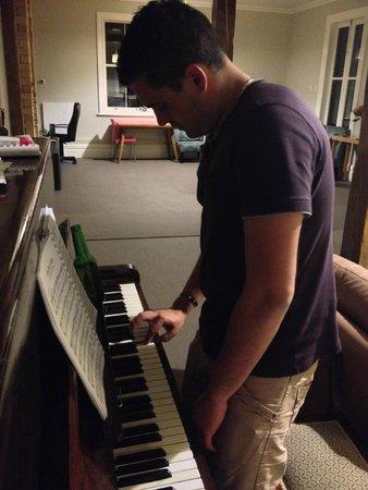 Verandahs Backpackers Lodge : Piano dans le salon