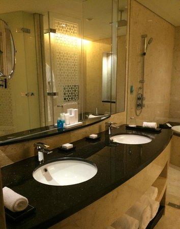 Conrad Dubai: Sinks in the bathroom