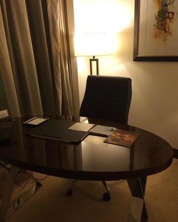 Conrad Dubai: Desk in hotel room