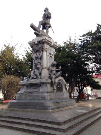 Plaza Munoz Gamero: Vista de día del Monumento a Magallanes