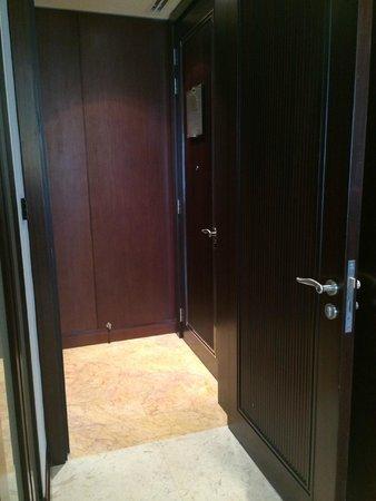 Conrad Dubai: Foyer area into room