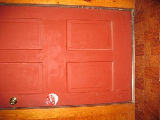 Twin Elm Guest Ranch : not too airtight door :)
