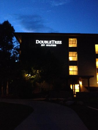 DoubleTree by Hilton Durango: Double Tree at night.