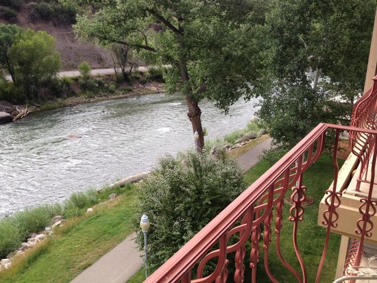 DoubleTree by Hilton Durango: View from 4th floor balcony of the Animas river and trail.