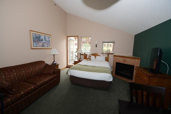 Coast Sundance Lodge: Living / Bedroom in Room 401