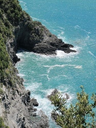 Footpath Monterosso - Vernazza: view from the cliffs between Vernazza and Monterosso