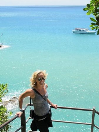 Footpath Monterosso - Vernazza: beautiful blue waters