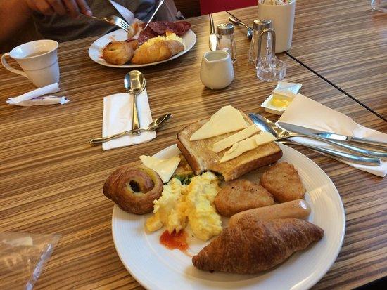 PARKROYAL Serviced Suites Kuala Lumpur : Breakfast