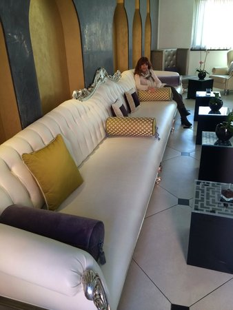 Carnival Palace Hotel: Looooongest couch in Venice!