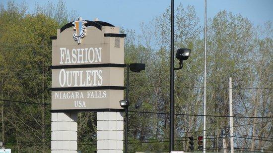 Fashion Outlets of Niagara Falls, USA: Entrance