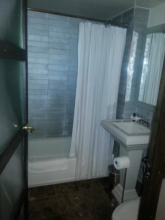 Gild Hall, a Thompson Hotel: Bathroom