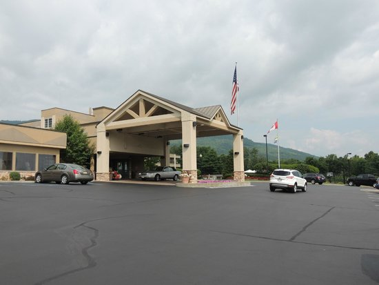 Holiday Inn Resort Lake George: Front of the hotel