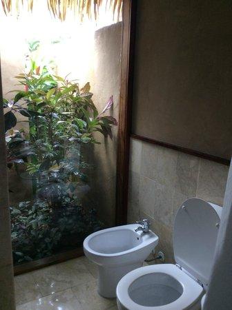 Rumours Luxury Villas and Spa: Bathroom in room