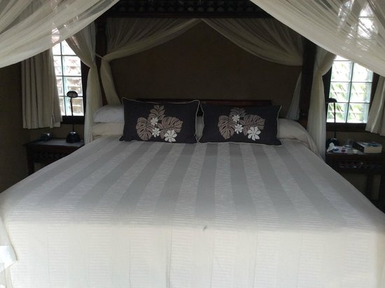 Rumours Luxury Villas and Spa: Bed with mozzie net