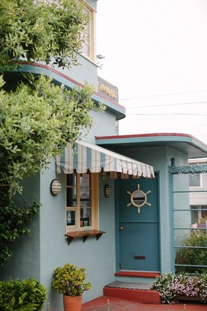 Ocean Park Motel : Art deco style, well-maintained courtyard