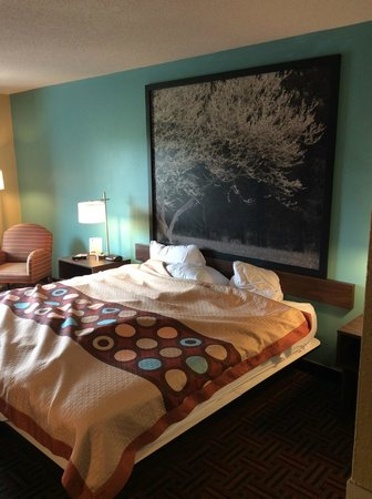 Super 8 Peoria: Modern Style Bed and Artwork