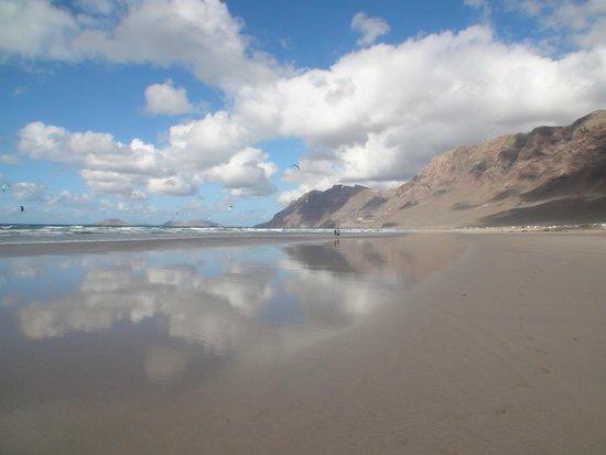 Playa Famara: Небо отражается в воде океана!
