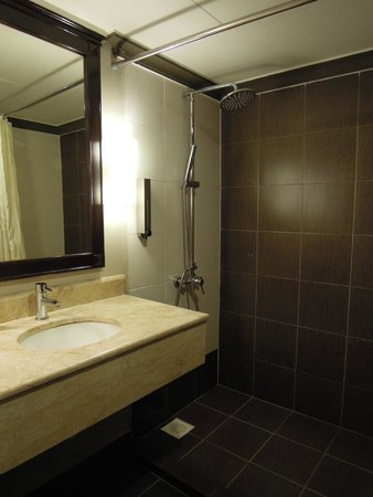 Mimosa Hotel: Bathroom that make a loud noise when tap is turn on