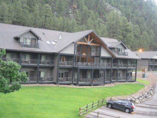 K Bar S Lodge: Back side of Lodge facing Mt. Rushmore
