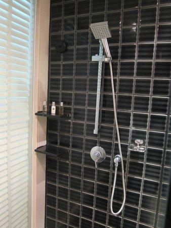 Millennium Resort Patong Phuket: Shower room