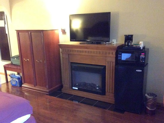 Super 8 Minneapolis/Golden Valley: Fireplace and TV area