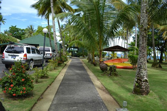 Truk Blue Lagoon Resort : Pathway to Reception and Dining