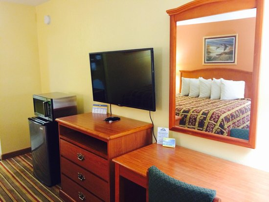 Days Inn Morrilton: Room with flat screen, microwave and refrigerator