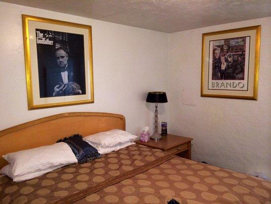 El Trovatore Motel: Bed.