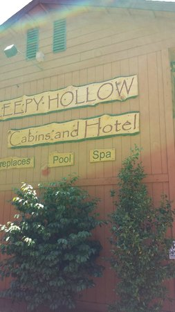 Sleepy Hollow Cabins and Hotel: Just the front sign on the building