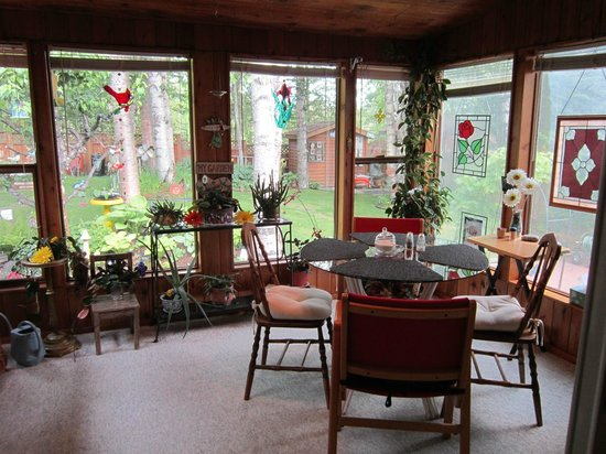 Mead Manor Bed & Breakfast: Breakfast in the sunroom