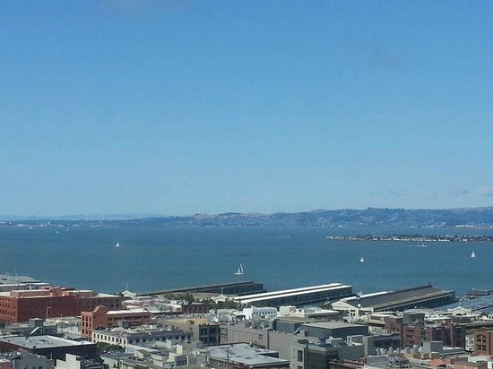 Hilton San Francisco Financial District: Sailboats in the San Francisco Bay near the Embarcadero