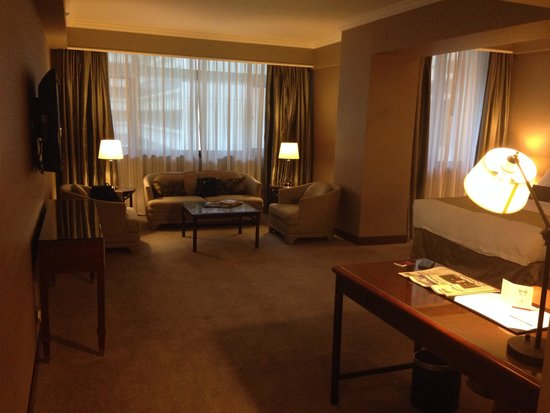 Marco Polo Hongkong Hotel : Overview of the room