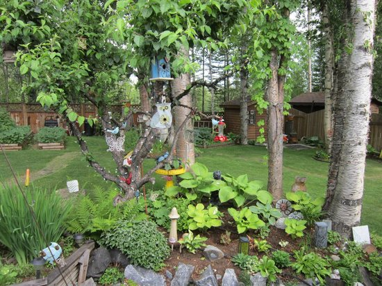 Mead Manor Bed & Breakfast: Birdhouses in backyard