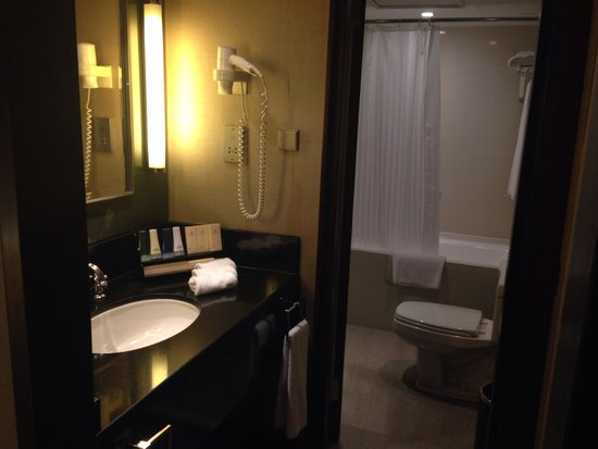 Marco Polo Hongkong Hotel: Dressing area & toilet