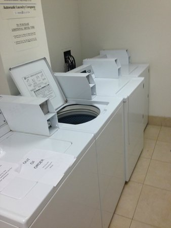Embassy Suites by Hilton Denver - Tech Center: Laundry room