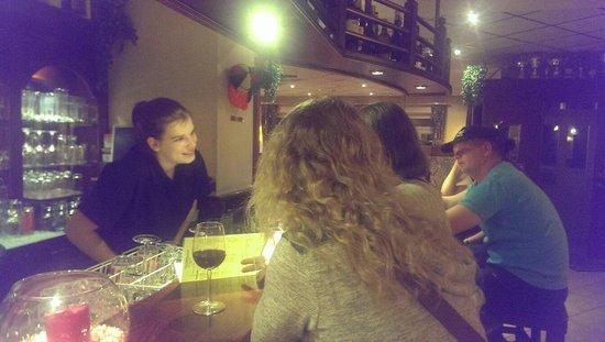 Hotel Belle Vue : Borrelen aan de bar! Gezellig en altijd wat te klessen! :-)