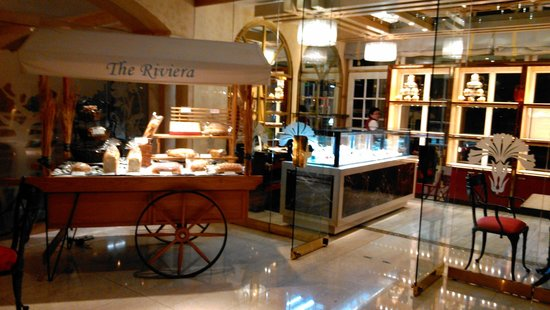 The Riviera Hotel: Lobby Area with lovely Cake Shop