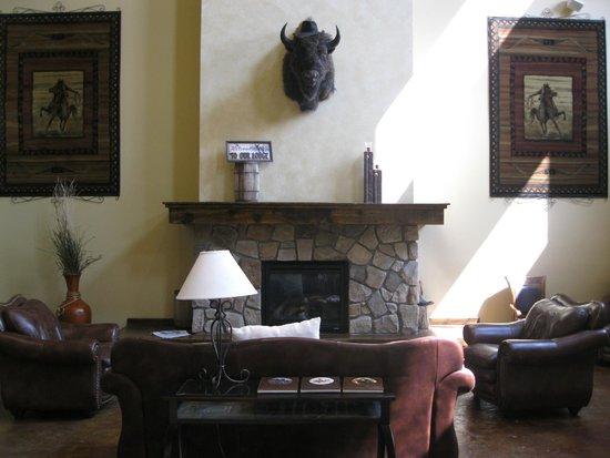 Arbuckle Lodge Gillette: 天井高いロビー
