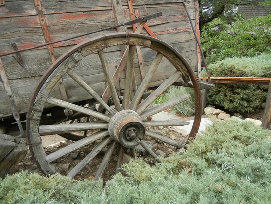 Gold Hill Hotel: Old wagon in front of hotel