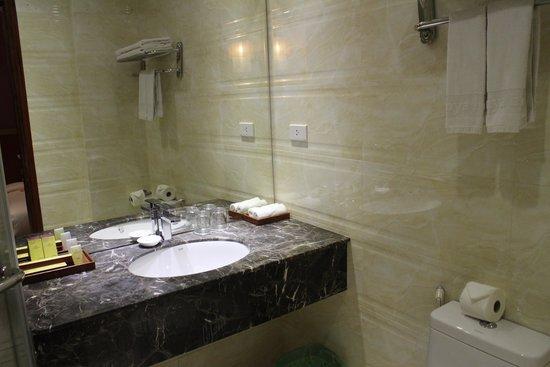 Aranya Hotel: Bathroom