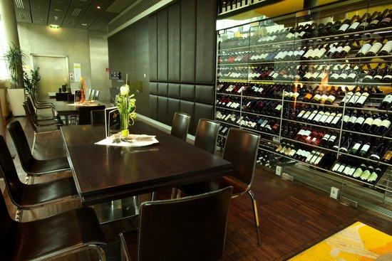 Cubus : Die Lounge mit der gut gefüllten Wein Vitrine