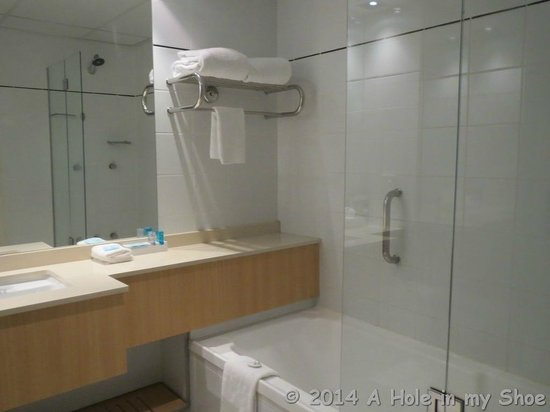 Novotel Sydney on Darling Harbour: Clean well appointed bathroom