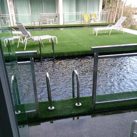 Sugar Palm Grand Hillside: Вход в бассейн с балкона