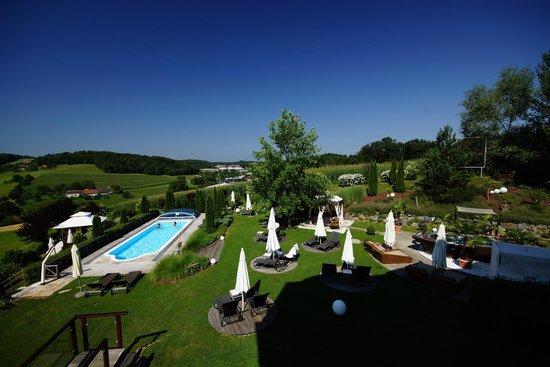Maiers Kuschelhotel Loipersdorf Deluxe: Garten vom Balkon