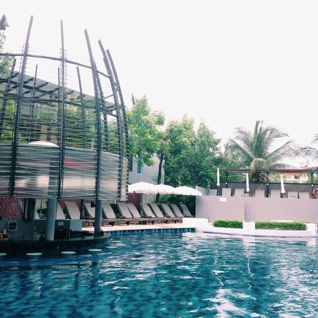 Red Ginger Chic Resort : The pool and bar